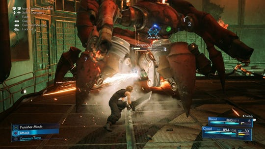 Cloud ataca al Scorpion Sentinel en Final Fantasy VII Remake.